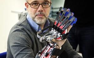 Ученые разработали перчатку-робота для перенесших инсульт пациентов