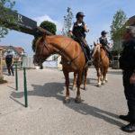 Гостиница сборной России по футболу во Франции охраняется конной полицией