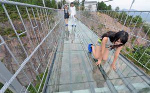 Самый длинный в мире стеклянный мост над пропастью открыт в Китае