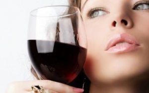 Почему человек начинает употреблять алкоголь?