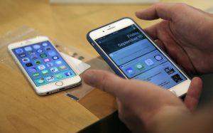 В США ученые создали самовосстанавливающееся стекло для смартфонов