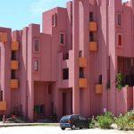 В Испании туристы утомили жителей красного здания