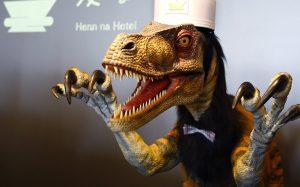 Это странно: в Сети обсуждают видео из японского отеля с портье-динозаврами
