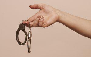 Какие наручники эффективнее и сложнее открыть?