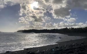 На Гавайях после извержения вулкана появился новый черный пляж