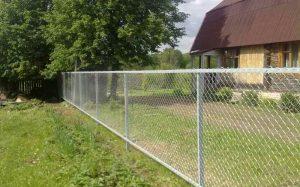Натяжной забор из сетки-рабицы: нюансы монтажа