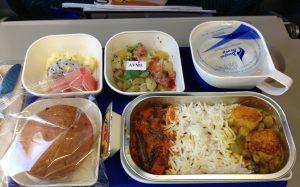 В авиакомпании рассказали, почему в полёте лучше предпочесть стандартные «рыбу, курицу и мясо»