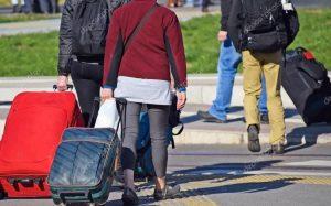 В Грузии в аэропортах иностранным туристам вновь раздают бутылки вина