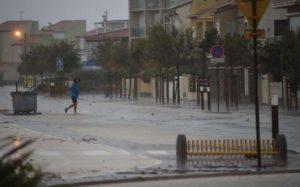 Испанию и Францию снова затопило. Поезда не ходят, света нет, людей эвакуируют