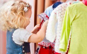 Выбираем одежду для детей в сети.