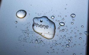 На Apple подали в суд из-за дезинформации о водостойкости iPhone